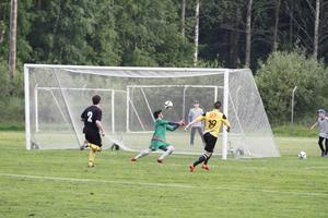 Anders Tano Ljungkvist gör 3–0 för Järbo, som till sist vann matchen mot Hagaström med hela 7–2.