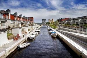 TRADITIONSENLIGT. Ingen av Gävle Strands broar går att ta sig under med båt om man har en större sådan.