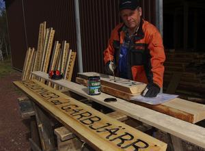 Sten Urdh gör skyltar för namn på olika platser i byarna och i skogarna, ett jättearbete som bekostas av Besparingsskogen.