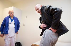 Här strålar smärtan ner från Mikael Anderssons rygg.