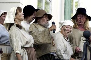 Rådhustrappan. Slödder och Skarn fick komma upp och sjunga på trappan och visa upp sina tandlösa leenden och smutsiga kläder.