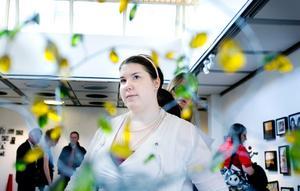Eva Ericsson deltar med flera verk i estetelevernas slututställning, bland annat det här skira trädet i ståltråd och glas. Även om hon lekt en del med former så tycker hon mest om att måla.