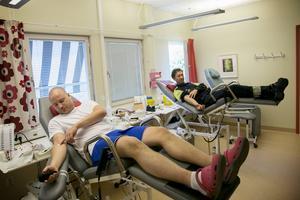 Jan Magnusson och Stefan Flink i Borlänge är blodgivare för att hjälpa andra, förklarar de samtidigt som de skänker 4,5 dl var.