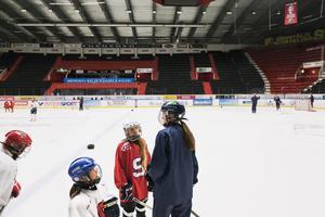Tjejerna på hockeyskolan ser upp till SSK:s landslagsspelare, som själv njuter av att vara med.