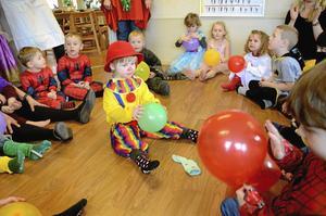 Maskerad. Lovis Krusell, i mitten av ringen, hade till förskolan Myggans 25-års jubileum valt att klä ut sig till GB-clown. På plats fanns även bland annat flera spiderman, prinsessor och seriefigurer. Foto: Åsa Eriksson
