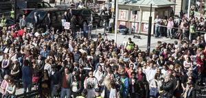 Även i Sundsvall präglades valrörelsen av demonstrationer som i det här fallet människor som vänder ryggen mot Jimme Åkesson (SD) när han talar på torget.