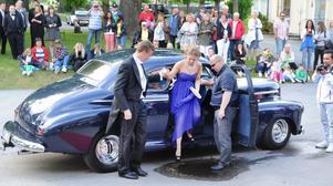 Pappa Ola Linngård parkerade lite snett när han levererade dottern Kristin och Malte Larsson mitt i en vattenpöl.