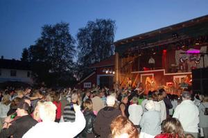 """Publiken var laddad inför Nanne Grönvall och hon sjöng både snabba och lugna låtar. Här sjunger hon """"Det vackraste"""" som hon varit med och skrivit."""