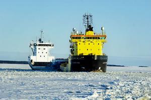 Det är bråda dagar för Balder Viking och de andra isbrytarna. 23 skepp satt fastfrusna. Utanför Söderhamn hade fyra skepp kört fast.