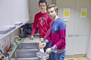 Alexander Karlsson, Martin Asplund och tre klasskompisar driver UF-företaget Wipe it. De lanserar ett torkblock som ska ersätta den traditionella disktrasan.