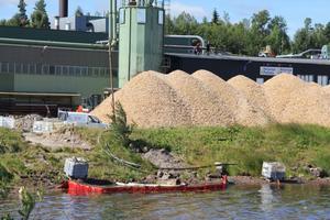 Här nedanför E.ON:s värmeanläggning i Edsbyn rann oljan ut i sjön Ullungen. Det är nu fastslaget att det var en läckande kran till en av de två oljetankarna som orsakade läckaget.