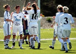 Jubel i Frösön efter Emma Erikssons snygga 1–0-mål i första halvlek. Maria Hestner (nummer 16) slog den öppnande passningen i djupled och var snabbt framme för att gratulera.