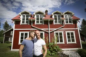 Daniel Österhof och Michael Westlund utanför huset i Grönviken, Bräcke.