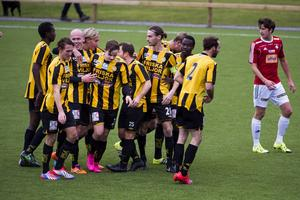 Jubel i Friska Viljor. Tacka för det eftersom laget vann den första kvalmatchen mot IFK Östersund med 3-2.