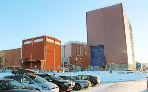 Nya 28 meter höga montage- och provhallen för tester av brytare, till höger, sett från parkeringen nere vid Hällarnabadet vid Väsman. FOTO BOO ERICSSON