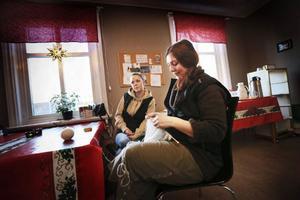 Sofia Eklöf har praktik från Arbetsförmedlingen på Värmestugan, och Elin-Amanda Brantmo har praktik som en del av sin socionomutbildning.