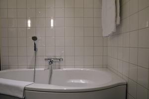 Elite Hotel Knaust. Badrummet har ett stort och rymligt badkar.
