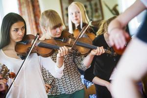 Att välja instrument som inte är typiska för folkmusiken ger låtarna ett pampigt ljud, tyckte Staffan Jonsson.