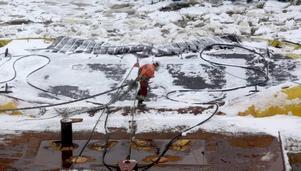 lägger fast. I Gävle Hamn arbetar matroserna med att lägg fast båten i väntan på avgång.