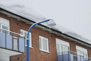 Alfta-Edsbyns fastighets AB har skottat en del tak, framförallt platta tak. Sadeltaken (bilden) är det än så länge ingen fara med, enligt Arne Eding vid bolaget.