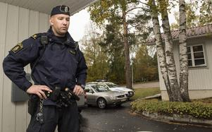 Personal på kyrkogården och boende hördes av Henrik Jonsson och hans kollega.