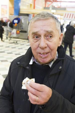 Torbjörn Olsson tycker det syns för mycket när man ätit semla, syftandes på sockret som trillar av på jackan, eller var det nåt annat?