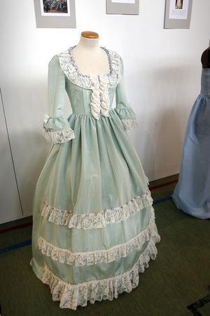 Denna historiskt inspirerade klänning har sytts på gardintyg från second handbutiken Kupan.
