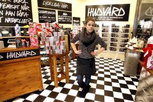 """Katrin Turesson märker tydligt att folk håller hårt i plånboken. Förra året tog de stora julklapparna slut först, nu är det tvärtom. – Många säger att """"jag och frugan har sagt att vi bara ska lägga 100 kronor på varandras julklappar"""" vilket märks då alla våra små paket är slut, säger hon."""