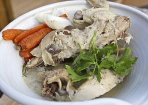 Kokt kyckling med ben och allt ser kanske inte så rolig ut, men smakmässigt är den en vinnare.    Foto: Dan Strandqvist