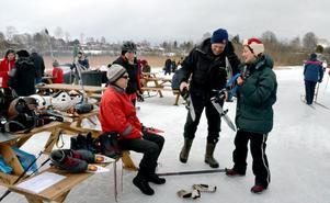 Många passade på att prova långfärdsskridskor på den tre kilometer långa skridskobanan. Brunnsjöns Vintervänner hade tagit med utrustningar för allmänheten att låna.