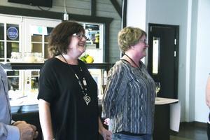 Systrarna Åsa Backström och Eva Gustafsson, som driver blomsterbutiken Strands, utsågs till Årets företagare i Norberg. De berättade att det är högsäsong för deras företag just nu.