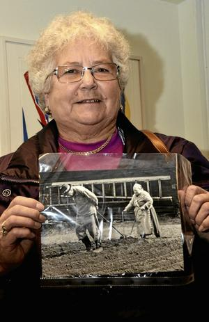 BArndomsminnen. – Morfar var häst och mormor körde i potatislanden vid Östanbo, säger Inger Andersson, barnbarn till Olga och Helmer Mälman.