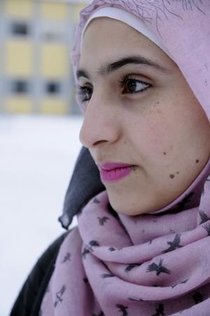 Bakom flyktingkatastrofens svarta statistik finns det många starka människor och otroliga historier om överlevnad. Efter fyra år på flykt bor nu Doaa Al Zamel med sina föräldrar och tre yngre syskon i Hammerdal och går i skolan i Strömsund.
