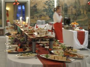 Julborden kan se härliga ut, men också vara en orsak till magsjuka för gästerna. Om inte maten hanterats rätt och hygienen är perfekt.