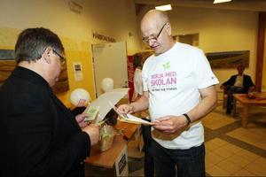 Elving Forsström ger information till barn- och utbildningsnämnden ordförande Leif Nilsson.