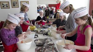Stämningen var på topp när barn mellan åtta och tolv år gjorde muffins, cupcakes och chokladbollar tillsammans på Need coffeeshop i Norberg på söndagen.