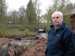 Dammbygge. Orsa Besparingsskog återställer Sågdammen i Östanvik. På bild är jägmästare Rune Dehlén.