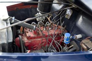 Under huven. Studebakern från 1946 har en V6 på 80 hästkrafter.