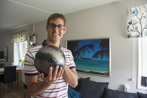 Fredrik Burman visar upp sitt bowlingklot på tolv kilo, anpassat för hans fingrar.