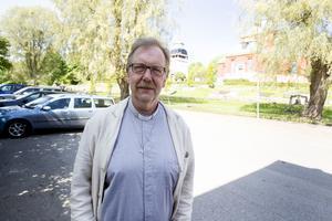 Kyrkoherde Lars Nilsson i Söderhamn försvarar resor, men alkoholregler kommer att införas, berättar han.