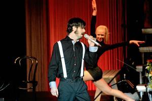 """Mustang sally. Andreas Wård framförde en bejublad version av """"Mustang Sally"""". Dansare från Stråssagymnasterna och dansarna Emma Röseberg och Alma Frödén deltog i flera nummer."""