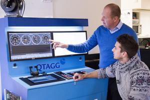 Tomas Lindqvist, vd, och Johan Mattsson, elektronikingenjör, framför simulatorn.