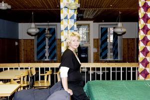Uppmanar kommunen. Pernilla Nygren i Österfärnebo utvecklingsgrupp tycker att kommunen ska gå in med pengar till en fritidsledare på ungdomsgården Fernan, i stället för att räkna med att föräldrar ska ställa upp ideellt.