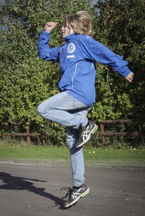 Hemmaplan. Dennis visar rörelser som de gör under uppvärmningen på friidrotten, och sånt som han har lärt sig på fotbollen.