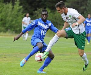 Matchens bästa spelare Ikose Albelto i närkamp med Gottnes engelsman Rhys Harbottle.