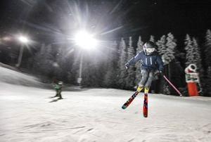 Linus Mason och Zara Nyman från Stockholm har nyligen flyttat hit till Östersund för att studera.– Det här var kul! Jag har inte åkt skidor på många år, säkert tio år, säger han.För Zara Nyman är det tredje gången hon åker skidor utför.– Vi har bott här i Östersund en vecka och aldrig varit här förut, säger hon och ger backen betyget