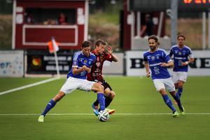 Johan Eklund och Dennis Widgren i närkamp.