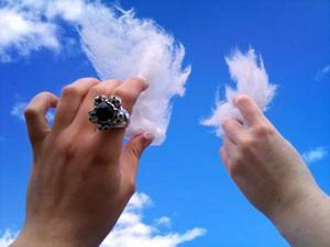 7. PLOCKA MOLN. Jag och min kompis Pauline bestämde oss för att smaka på molnen. Det var bara att sträcka upp handen och plocka. Väldigt sött och kladdigt, men gott! Inskickad av Frida Rosshagen, Gävle