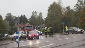 Två bilar krockade på riksväg 68 i höjd med Din-X utanför Norberg på måndagsmorgonen. Ingen ska dock ha skadats allvarligt, enligt räddningtjänsten.