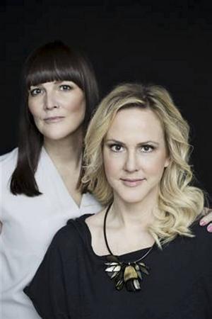 Systrarna Camilla Grebe och Åsa Träff skriver tillsammans.